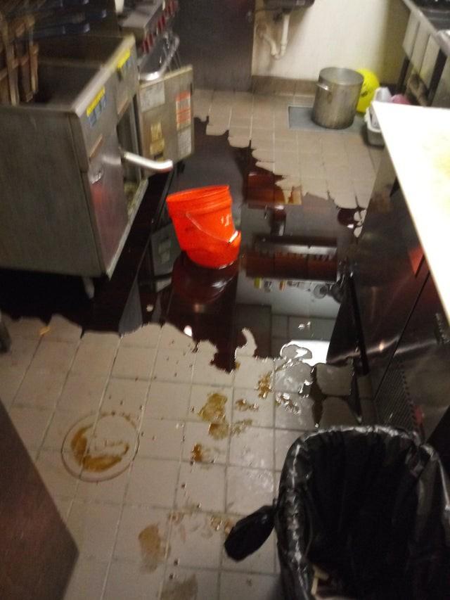 Bei dem Fail hat jemand versucht, die Friteuse in einem Plastikeimer abzulassen