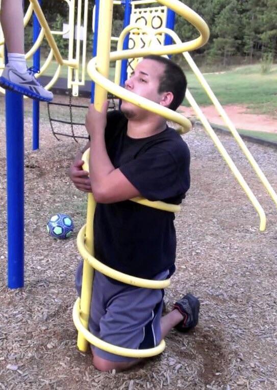 Der Mann hat einen Fail gemacht, in dem er in einem Spielplatz feststeckt.