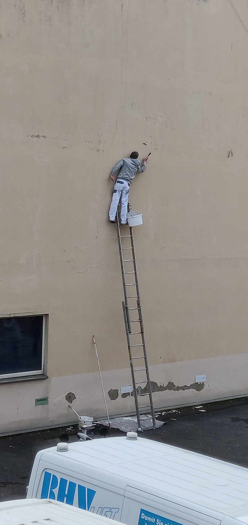 Maler streicht eine Wand