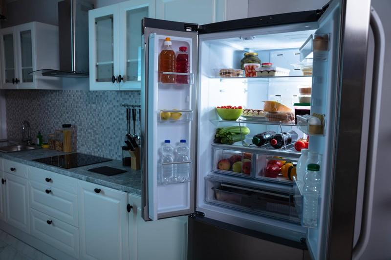 Ein Lifehack für die Küche ist, die Klarsichtfolie statt in der Schublade im Gefrierfach zu lagern