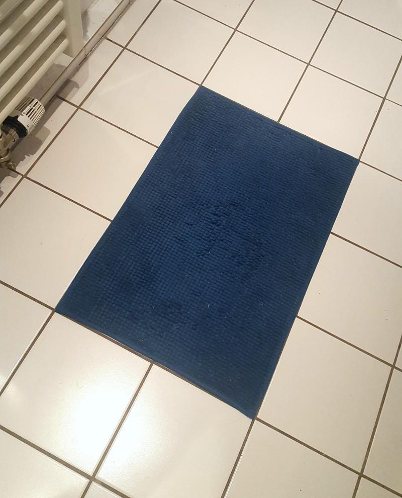 Eine Badezimmer-Matte, die sich perfekt den Fliesen anpasst und einem das ein gutes Gefühl gibt