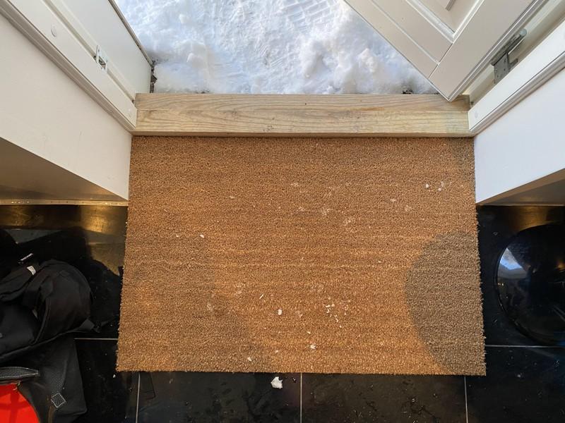 Eine Fußmatte, die so perfekt in die Tür passt, dass es einem ein gutes Gefühl gibt