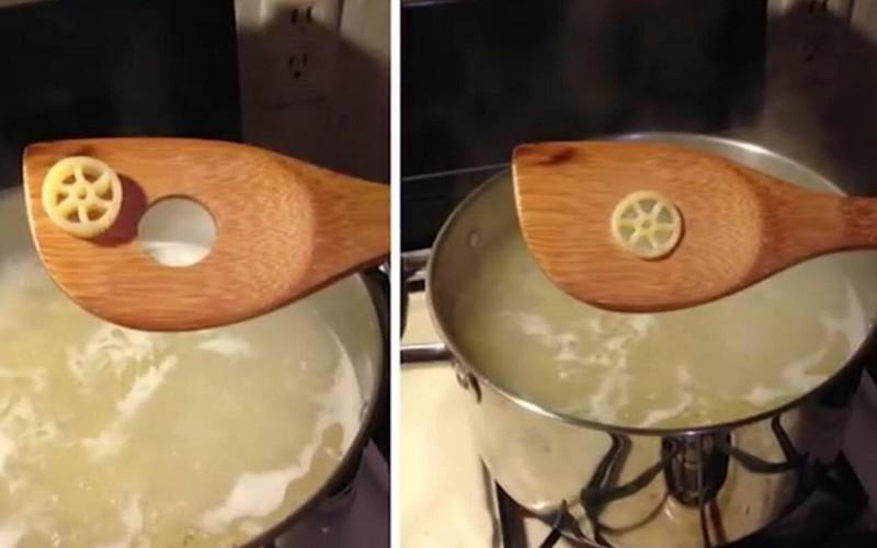 Eine Nudel, die perfekt in das Loch des Kochlöffels passt und einem ein gutes Gefühl gibt
