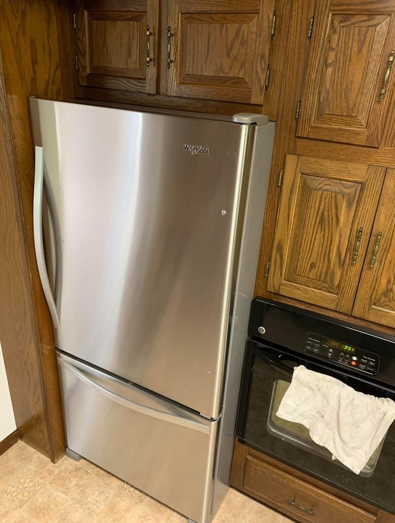 Für den Perfektionisten hat dieser Kühlschrank perfekt in die Lücke gepasst.