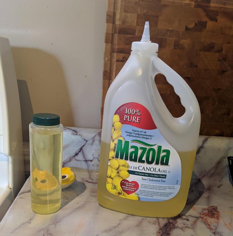 In der kleinen Flasche ist gerade genug Platz gewesen, um von dem großen Bottich etwas umzufüllen.