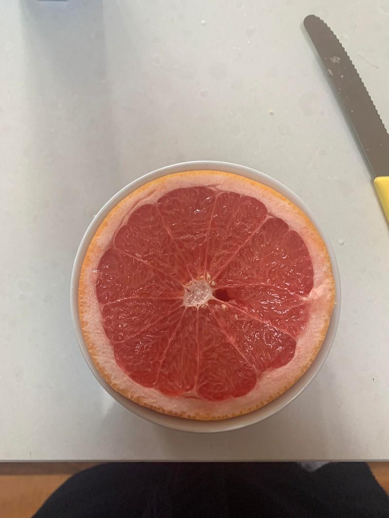Nicht nur lecker ist die Grapefruit, sondern sie lässt sich auch deal in das Gefäß betten.