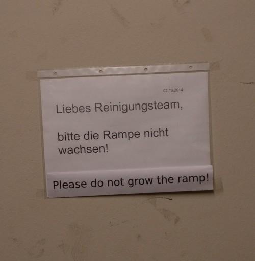 Auf dem lustigen Schild hat man den Text falsch übersetzt