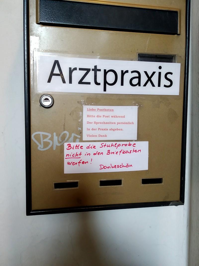 lustige Schilder beim Arzt