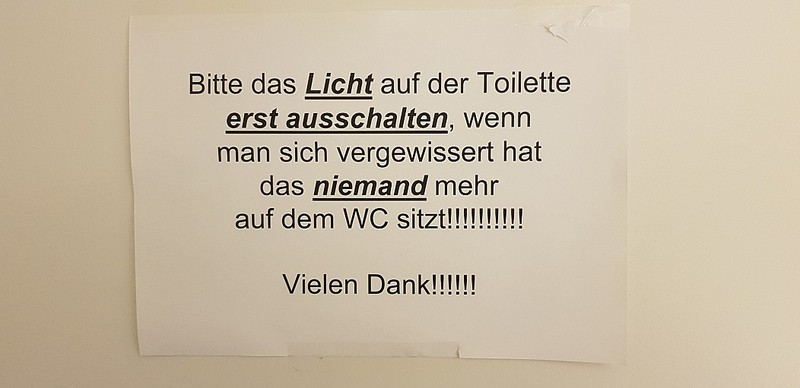 lustiges Schild auf einer Toilette