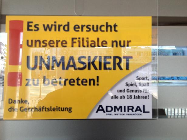 lustiges Schild warnt vor maskierten Männern