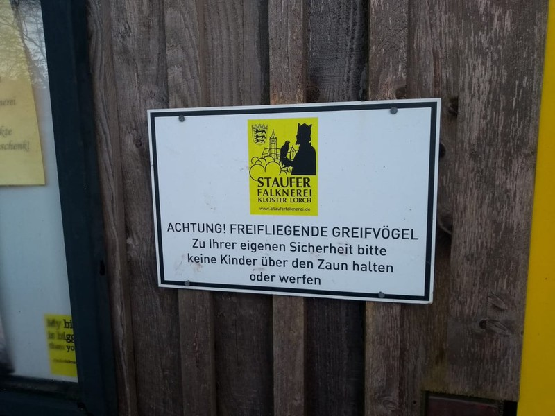 Schild warnt vor Greifvögeln