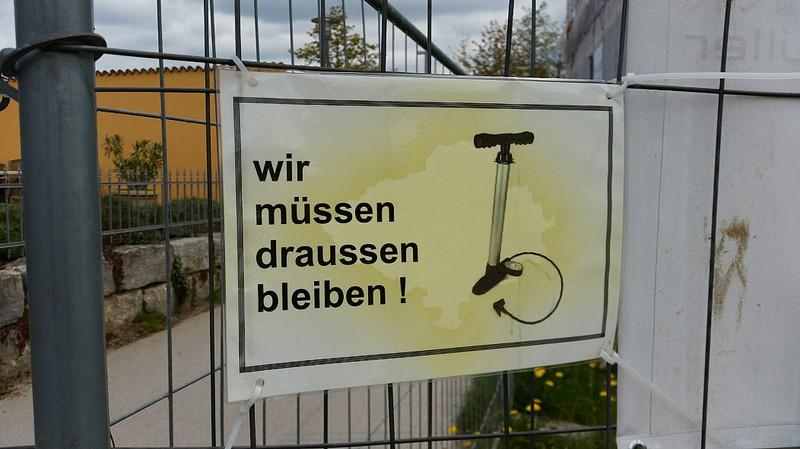 Schild zeigt, dass Fahrradpumpen auf einem Gelände verboten sind