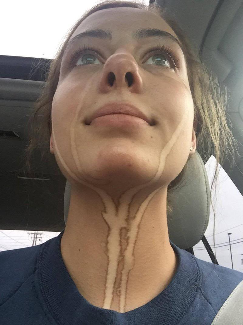 Frau, die nach einem Selbstbräuner geweint hat
