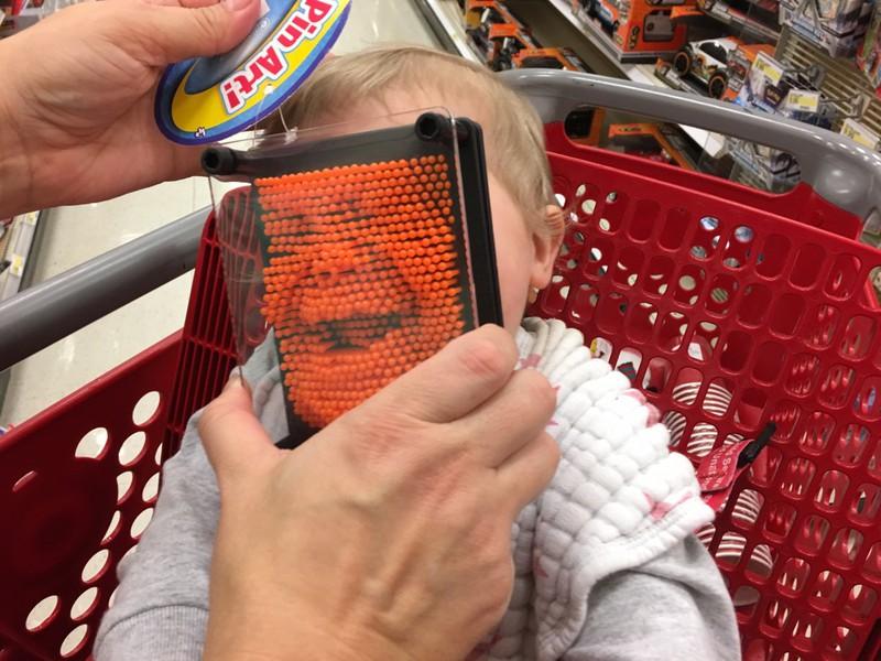 Ein Vater geht mit seinem Kind in den Supermarkt