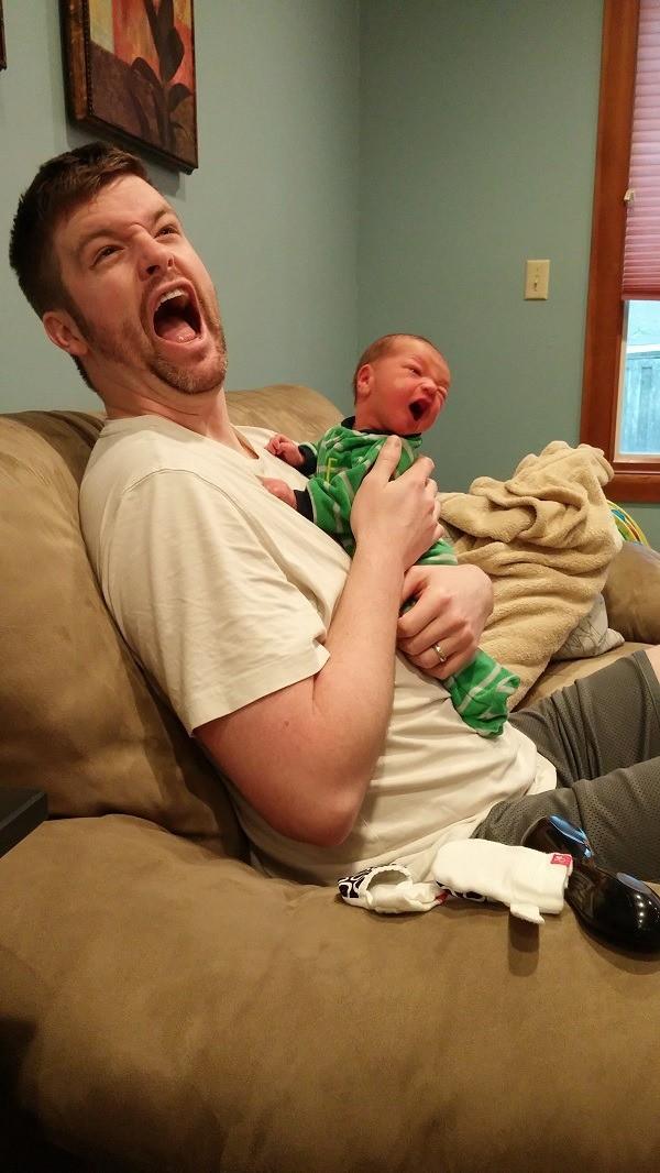 Ein Vater schreit mit seinem Baby um die Wette