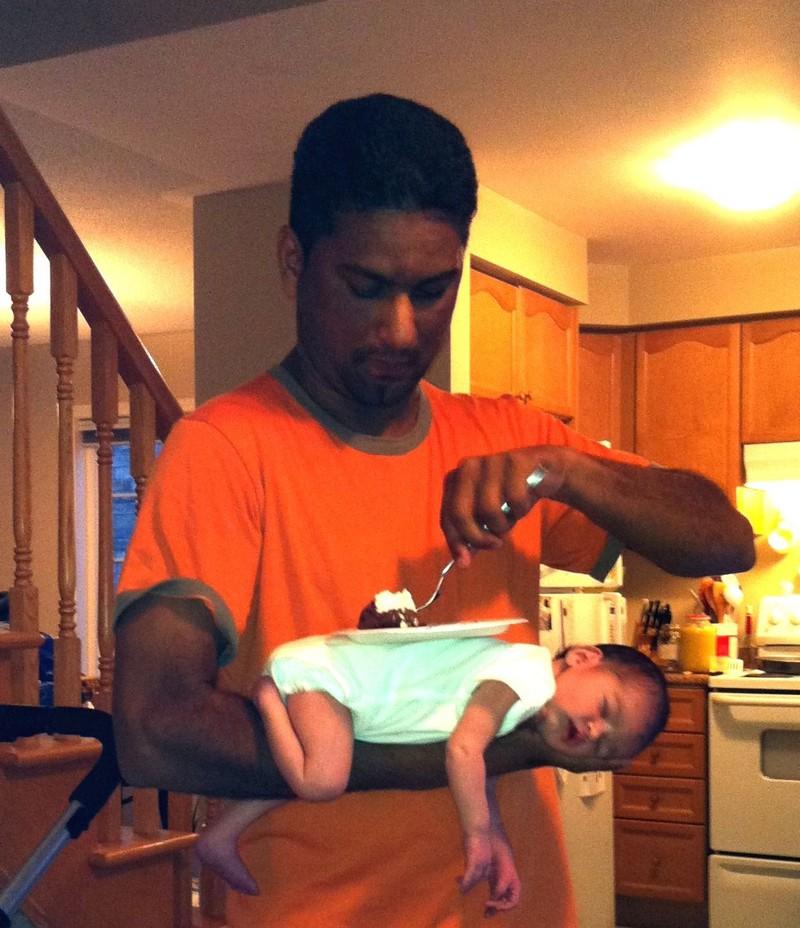 Vater nutzt schlafendes Kind als Tisch