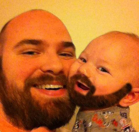Vater und Baby tragen beide einen Bart