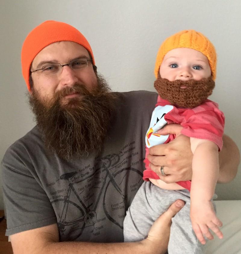 Vater und Kind tragen beide einen Bart