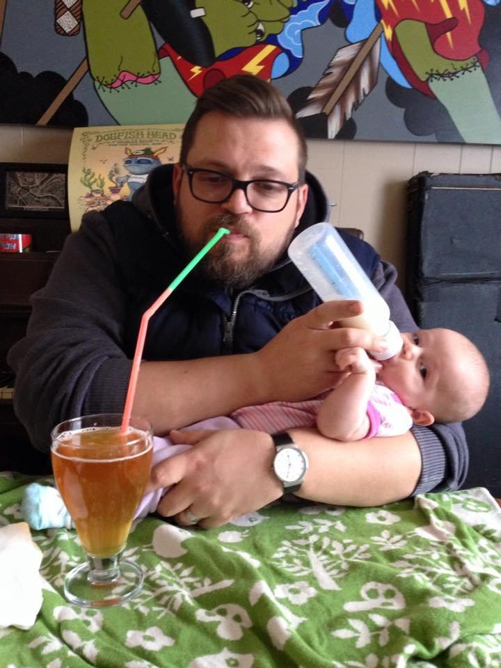 Vater und Kind trinken gleichzeitig Milch und Bier