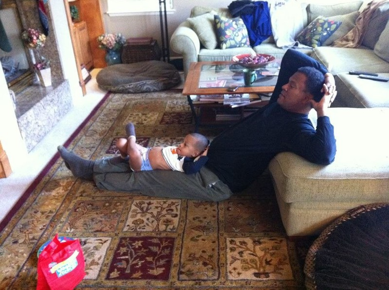 Vater und Sohn entspannen in gleicher Pose