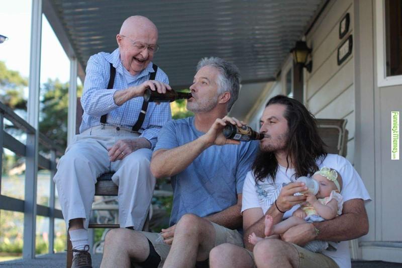 Vier Generationen trinken gleichzeitig aus der Flasche