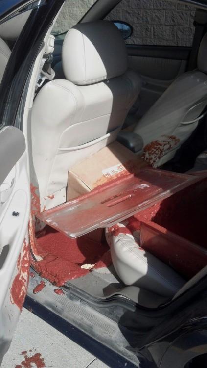 Als er die Pizzasauce in einen anderen Laden fahren wollte, verteilte sich die ganze Sauce im Auto. Was ein mieser Tag.