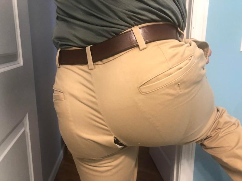 Die Person hat einen Riss in der Hose und hat es nicht bemerkt. Deswegen hatte sie einen echt schlimmen Tag auf Arbeit.