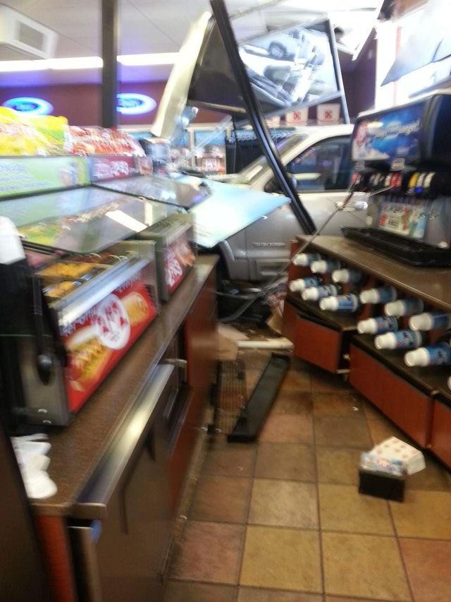 Ein Auto ist in einen Shop gerast, was den Tag für die Angestellten bestimmt zum schlimmsten Arbeitstag gemacht hat.