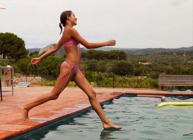 Das Foto von der Frau sieht genau so aus als würde sie übers Wasser laufen.