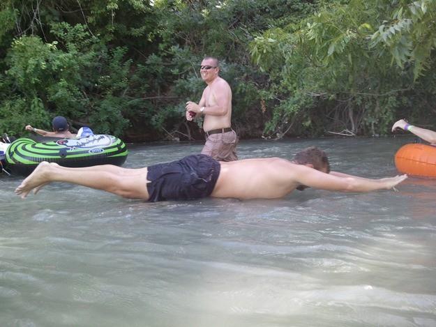 Der Mann landete perfekt auf dem Wasser und genau dann wurde ein Foto gemacht.