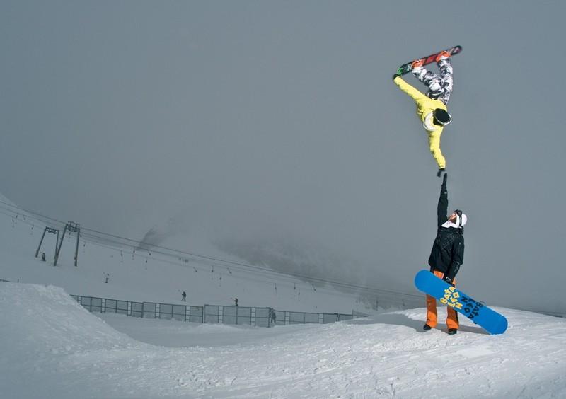 Die zwei Sportler wurden im perfekten Moment fotografiert.
