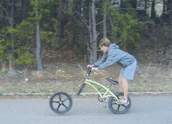 Man sieht einen Jungen kurz bevor sein Fahrrad kaputt geht.