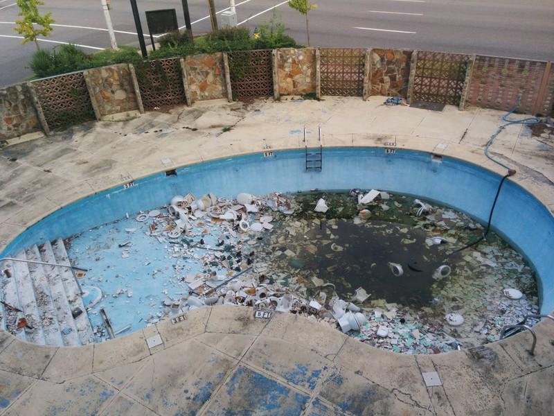 Der Blick aus dem Hotelzimmer offenbart einen Pool voller Toilettenschüsseln.