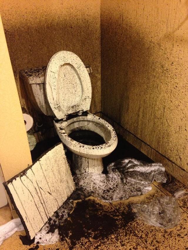 Wie eklig: Zumindest die Toilette im Hotelzimmers sollte sauber sein.