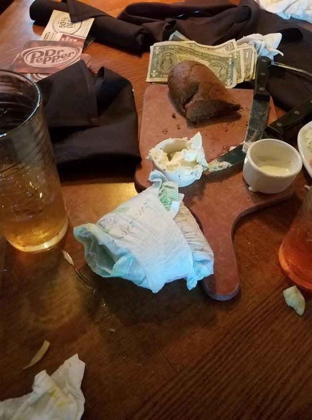 Besucher im Restaurant haben eine furchtbare Windel auf dem Tisch hinterlassen