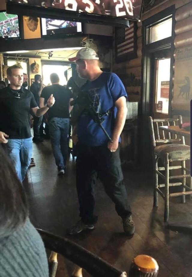 Besucher kommt mit einer furchtbaren Waffe in ein Restaurant