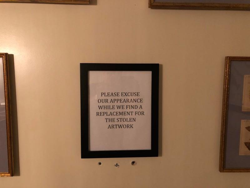 Böse Gäste haben im Restaurant Bilder von der Wand gestohlen