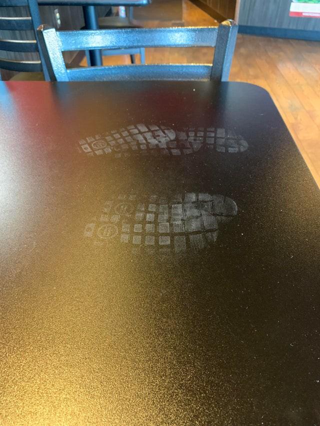 Hier stand ein Restaurant-Besucher offenbar auf dem Tisch, da man seine Schuhabdrücke sehen kann