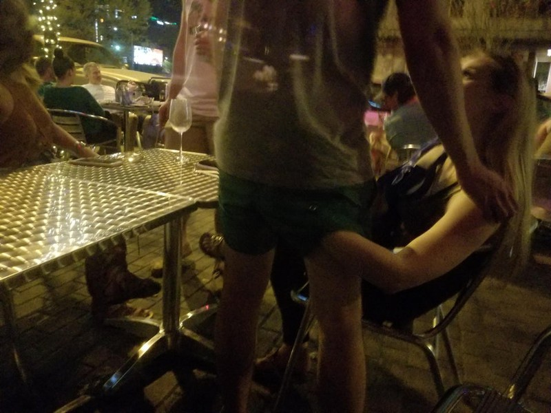 Peinliche Gäste fassen sich in einem Restaurant gegenseitig an