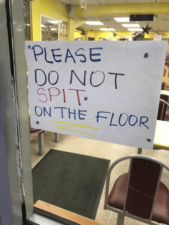Ungehobelte Restaurantbesucher spucken auch auf den Boden in Lokalen