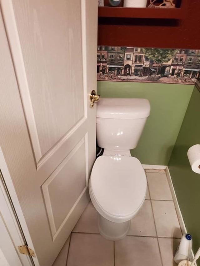 Bei einer Toilette ist es essenziell, dass man die Tür abschließen kann, doch das scheint kein einfacher Job zu sein.