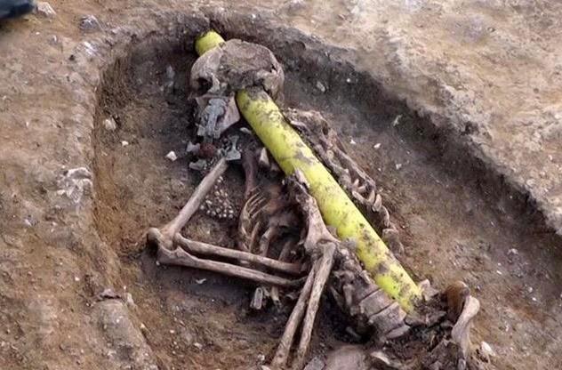 Ob das Skelett vorher da war, oder das Rohr- man weiß es nicht, aber die umstehenden Menschen werden geschockt sein.