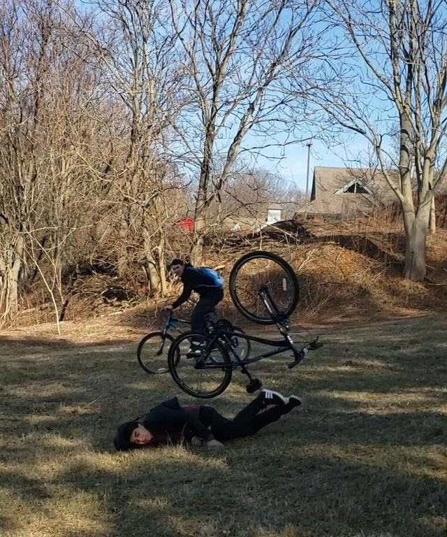 Der Junge ist vom Fahrrad gestürzt und das Bild wurde im richtigen Moment aufgenommen