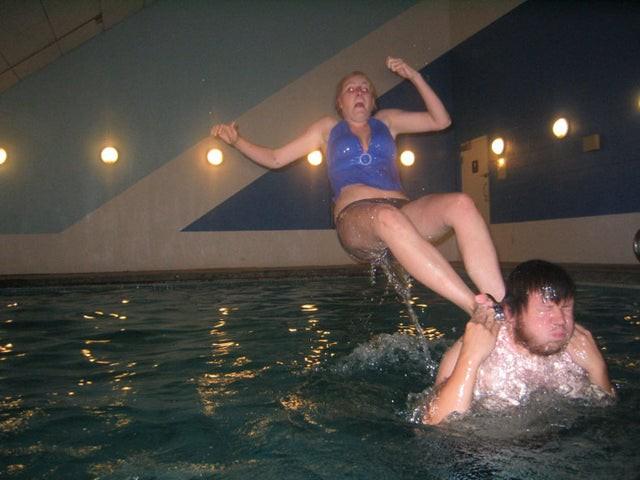Die beiden wollten wahrscheinlich ein akrobatisches Bild machen, sind in dem Moment aber ausgerutscht