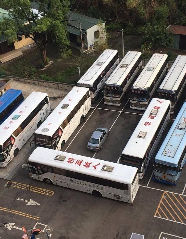 Auto, das von Bussen zugeparkt wurde