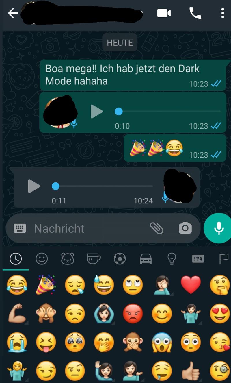Bei dem Chatverlauf auf WhatsApp ist die Dunkelansicht bereits da