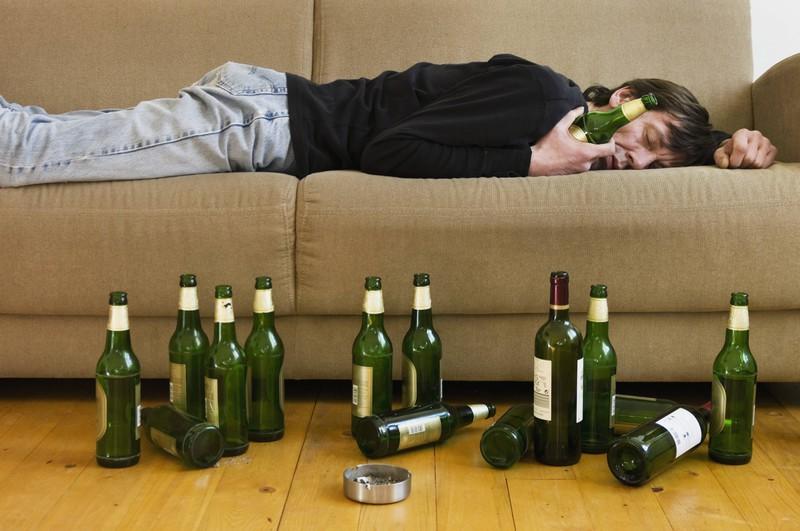 Ein Mann, der auf dem Bauch schläft, dessen Schlafposition auf ein Alkoholproblem hindeutet