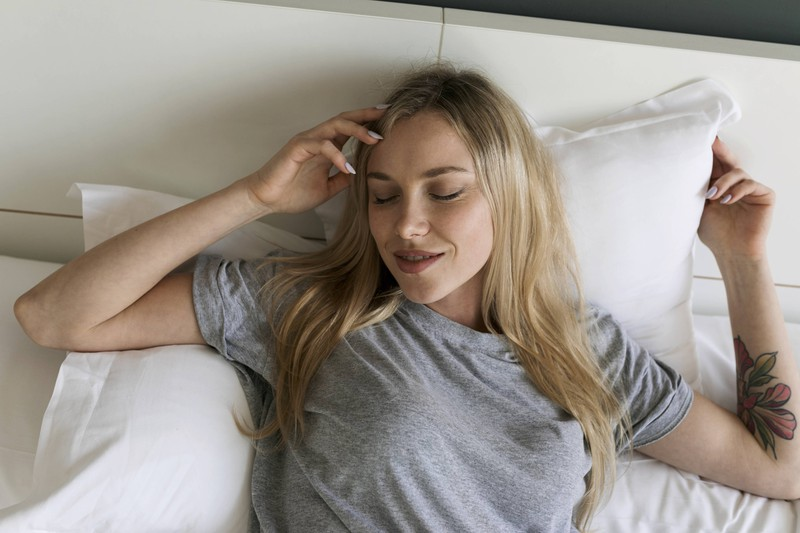 Eine Frau, die auf dem Rücken schläft