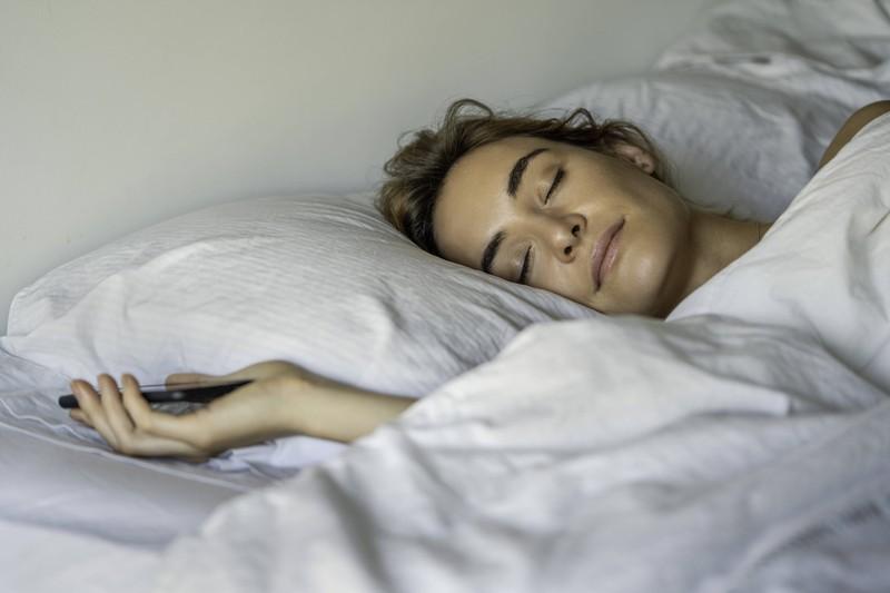 Eine Frau, die beim Schlafen viele Positionen wechselt