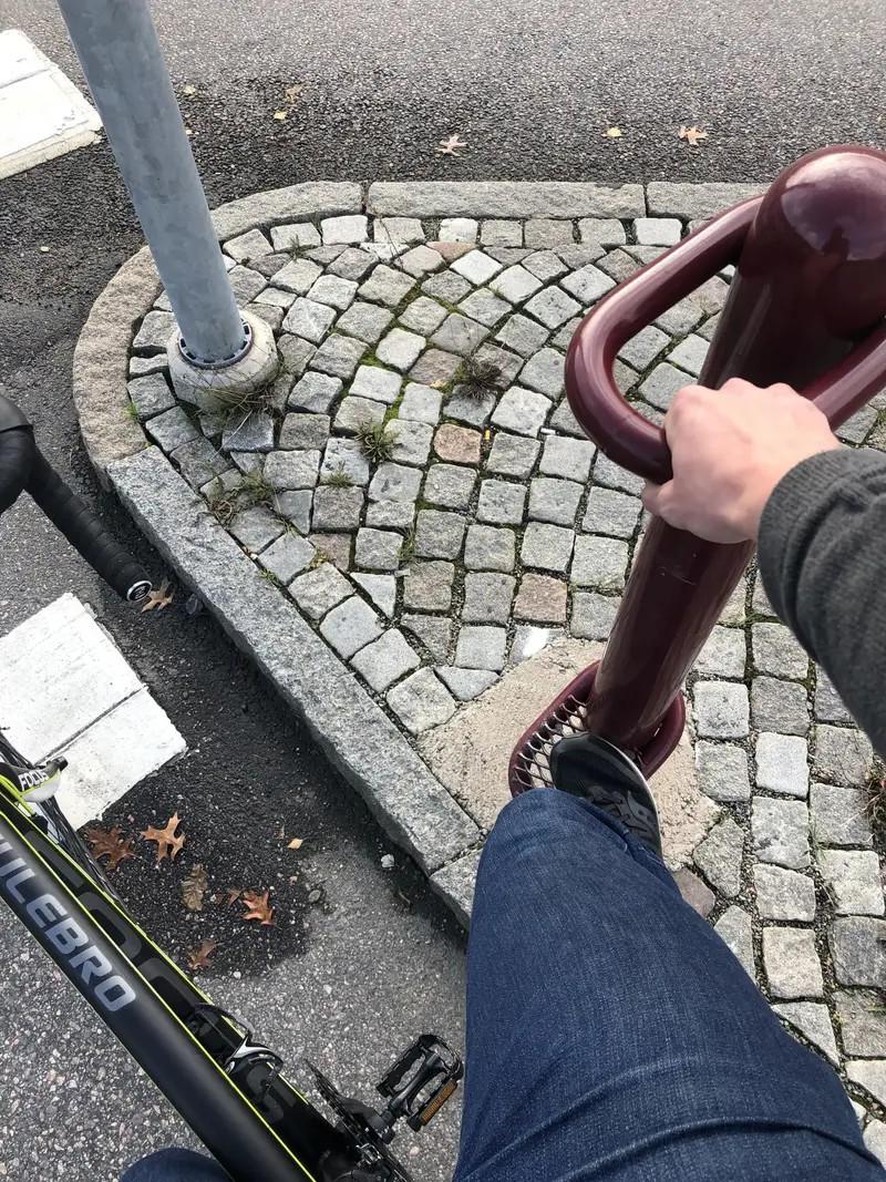 Das Bild zeigt einen Fahrradfahrer, der sich an einem Griff festhalten kann, um nicht vom Rad runter zu müssen wenn er an einer Ampel steht